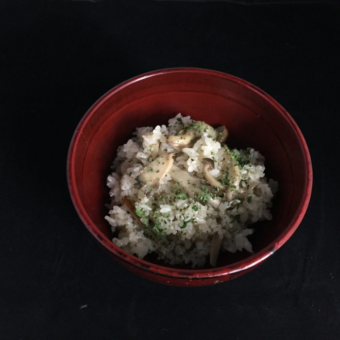 This takikomi-gohan is made with three kinds of mushrooms.